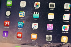 Pantalla de la música de Apple de la exhibición del dispositivo del IOS en centro fotografía de archivo libre de regalías