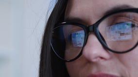 Pantalla de la reflexión en empresaria de los vidrios metrajes