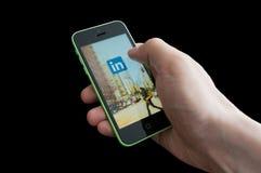 Pantalla de lanzamiento de LinkedIn en un iphone 5C imagen de archivo libre de regalías