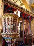 Pantalla de madera tallada y pintada del púlpito y de cruz en la iglesia inglesa medieval, Reino Unido Imagenes de archivo