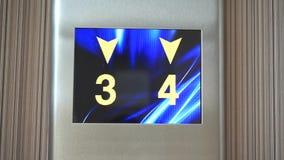 Pantalla de monitor digital del elevador, números corrientes que van hacia arriba y hacia abajo almacen de video