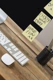 Pantalla de ordenador con las notas pegajosas encendido Imagen de archivo libre de regalías