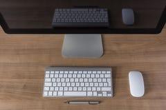 Pantalla de ordenador moderna con el teclado y el ratón Foto de archivo libre de regalías