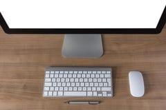 Pantalla de ordenador moderna con el teclado y el ratón Foto de archivo