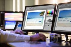 Pantalla de ordenador de Working On Multiple del diseñador fotos de archivo libres de regalías