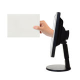 Pantalla de ordenador y mano con la tarjeta Foto de archivo libre de regalías