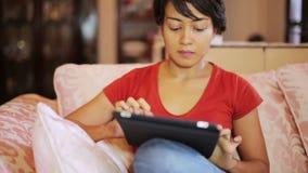 pantalla de tableta conmovedora de la muchacha en casa metrajes