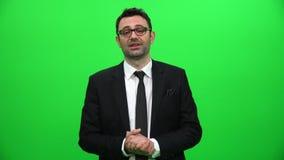 Pantalla de Talking On Green del hombre de negocios almacen de metraje de vídeo