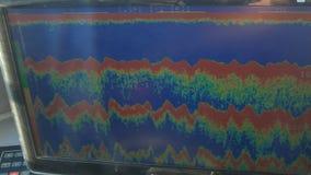 Pantalla de un receptor acústico de la profundidad en un barco de pesca almacen de video