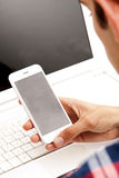 Pantalla de visión del adolescente del teléfono móvil Imágenes de archivo libres de regalías