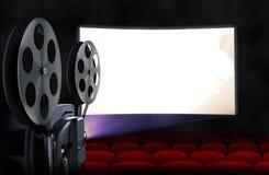 Pantalla del cine con los sitios vacíos y el proyector Fotos de archivo