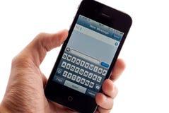 Pantalla del mensaje de texto del iPhone 4 de Apple Imagen de archivo libre de regalías