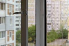 Pantalla del mosquito en una ventana Fotos de archivo