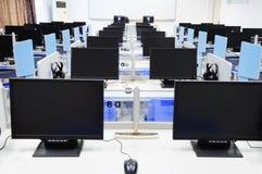 Pantalla del negro de la sala de ordenadores imagenes de archivo