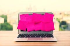 Pantalla del ordenador portátil con las etiquetas engomadas Fotos de archivo