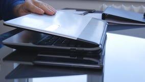 Pantalla del ordenador portátil de Hands Image Opening del empresario en oficina foto de archivo