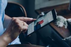Pantalla del smartphone con el medios uso social Imagen de archivo libre de regalías
