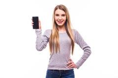 pantalla del teléfono de la demostración de la muchacha en blanco Foto de archivo libre de regalías