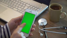Pantalla del verde del doctor Using Phone With almacen de video