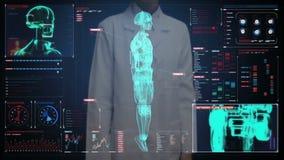 Pantalla digital conmovedora del doctor de sexo femenino, explorando semi al cuerpo del cyborg del robot de la transparencia en i metrajes