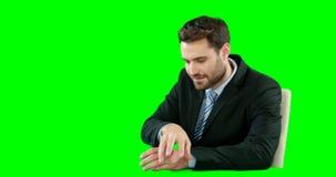 Pantalla digital conmovedora del hombre de negocios metrajes