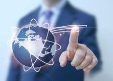 Pantalla digital del mundo del tacto del hombre de negocios Imagen de archivo libre de regalías