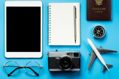Pantalla en blanco de la tableta con los objetos del viaje del blogger Imágenes de archivo libres de regalías
