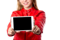 Pantalla en blanco de la tableta de la demostración de la muchacha Imagenes de archivo