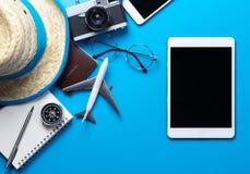 Pantalla en blanco de la tableta para la mofa para arriba en fondo azul Foto de archivo libre de regalías