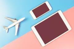 Pantalla en blanco de la tableta y del teléfono para el sitio web del uso del viaje Foto de archivo libre de regalías