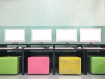 Pantalla en blanco del monitor en un laboratorio del ordenador de la escuela Fotografía de archivo libre de regalías