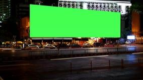 Pantalla en blanco del verde de la cartelera de publicidad, para el anuncio, lapso de tiempo