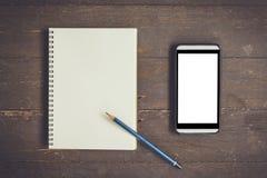 Pantalla en blanco en blanco del cuaderno y del teléfono para hacer publicidad en la madera TA Fotografía de archivo