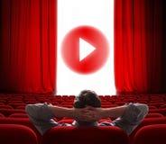 Pantalla en línea del cine con la cortina roja abierta y botón del juego el medios en el centro Fotos de archivo libres de regalías