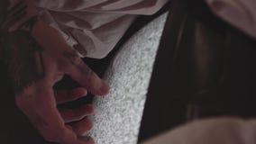 Pantalla estática conmovedora tatuada de la mano masculina de la vieja televisión almacen de video