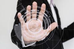Pantalla futurista conmovedora del interfaz de la mano fotografía de archivo