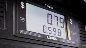 Pantalla grande de los precios de la gasolina de levantamiento en pedregal de la bomba metrajes
