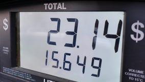Pantalla grande de los precios de la gasolina de levantamiento en la pantalla de la bomba almacen de metraje de vídeo