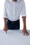 Pantalla invisible conmovedora del adolescente en la tabla Fotografía de archivo