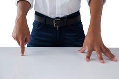 Pantalla invisible conmovedora del adolescente en la tabla Fotografía de archivo libre de regalías