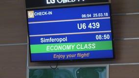 Pantalla LED con la información del vuelo en el aeropuerto almacen de video