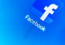 Pantalla macra el logotipo de Facebook en la visualización electrónica Fotografía de archivo libre de regalías