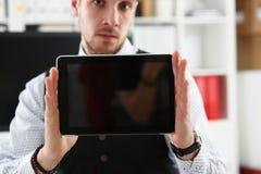 Pantalla masculina de la PC de la tableta de la demostración del brazo al primer de la cámara Fotografía de archivo