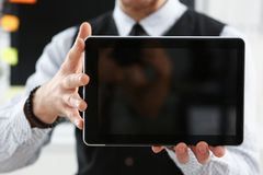 Pantalla masculina de la PC de la tableta de la demostración del brazo al primer de la cámara Fotos de archivo