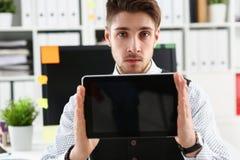 Pantalla masculina de la PC de la tableta de la demostración del brazo al retrato de la cámara Fotografía de archivo