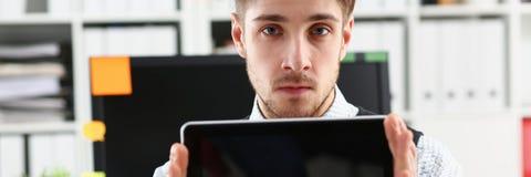 Pantalla masculina de la PC de la tableta de la demostración del brazo al retrato de la cámara Fotos de archivo libres de regalías