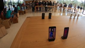 Pantalla maxi de Apple Store almacen de video