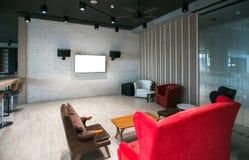 Pantalla moderna de la TV en la pared blanca foto de archivo
