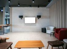 Pantalla moderna de la TV en la pared blanca imagen de archivo