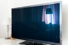 Pantalla moderna del plasma OLED 4k de la TV en sala de estar Imagenes de archivo